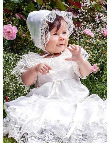 Dopklänning på gullig flicka i blomhav