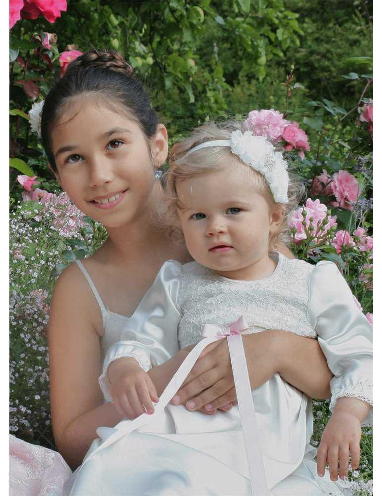 Dopklänning i vitt brodyrtyg