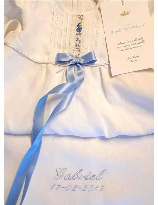 Dopklänning med stilfull spets och ceris rosett