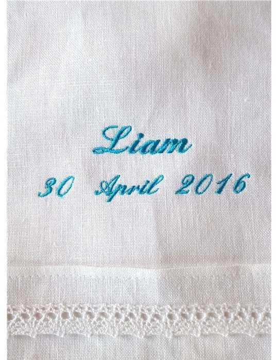 vacker mor och baby i Dopklänning
