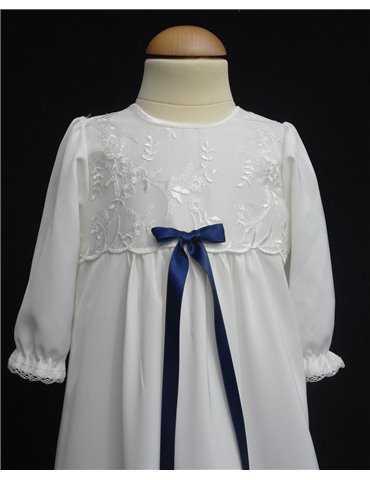 vita svenska dopkläder i närbild
