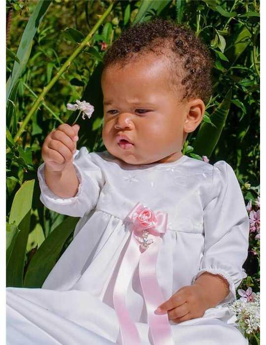 Dopklänning i vitt lin med lång kjol
