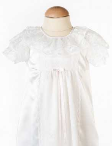 Dopklänning i vit satin och spets