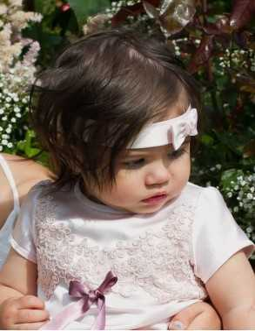 flicka i Dopklänning i ljuvt rosa