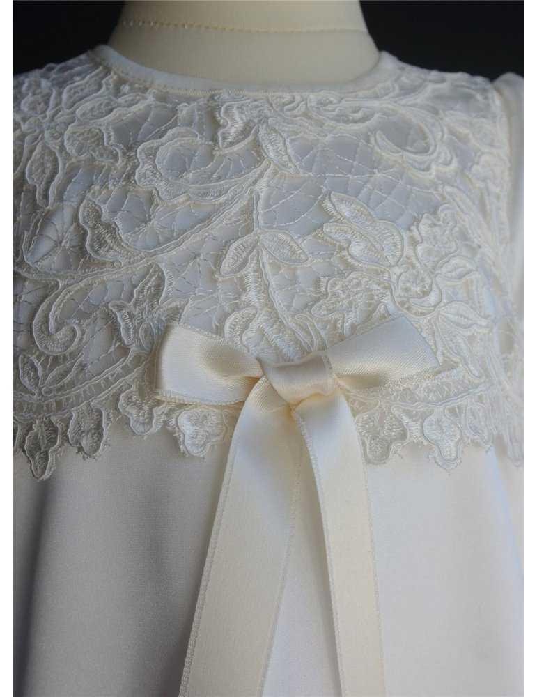 Dopklänning med vackert spetsliv i off white