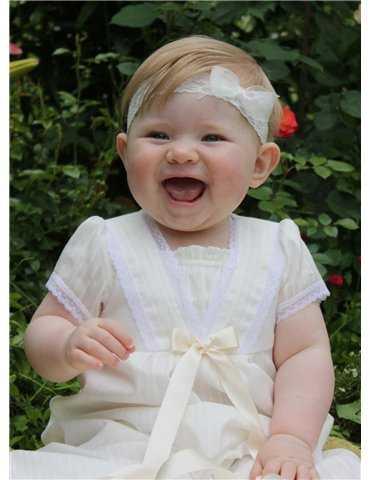 Dopklänning med ljuva blombroderier