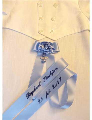flicka i dopklänning med rosa doprosett