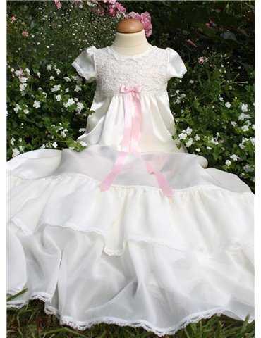 flicka med lila dopklänning